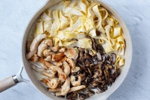 Alfredo with fettuccine, chicken and mushrooms