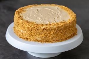 A honey cake on a cake stand