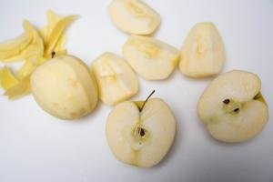 4 apples peeled, core taken out and cut into fourths