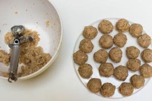 Meatballs formed from the meatballs mixture