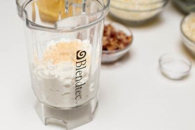 Garlic powder and cottage cheese placed into a blender