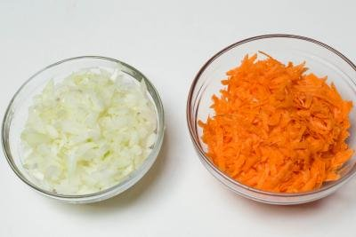 2 bowls one with shredded carrots the other with diced onions