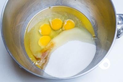 Eggs, sugar, oil, salt and vanilla extract in a mixing bowl