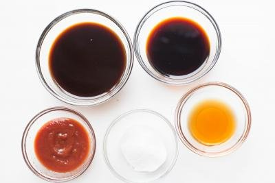 5 bowls on the table one with these ingredients; soy sauce, oyster sauce, ketchup, worcester sauce, and sugar