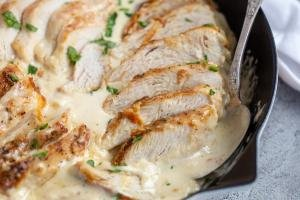 Pan with chicken and creamy sauce
