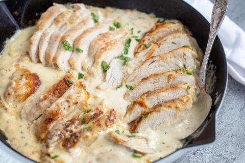 Creamy chicken in a skillet