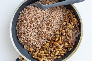 Pan with buckwheat and cooked mushrooms