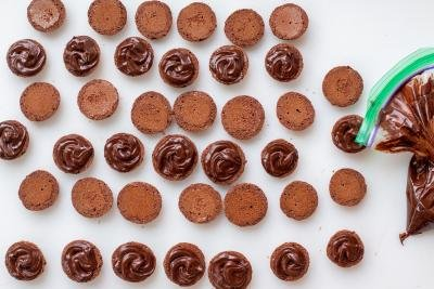 macarons with chocolate filling