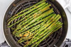 Asparagus in a air fryer basket
