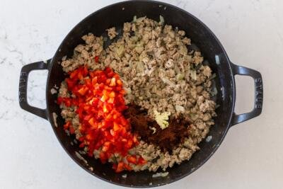 Turkey with bell peppers and seasoning